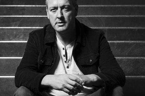 Portraitaufnahme in Schwarz-Weiss vom Musiker Phil Olavide
